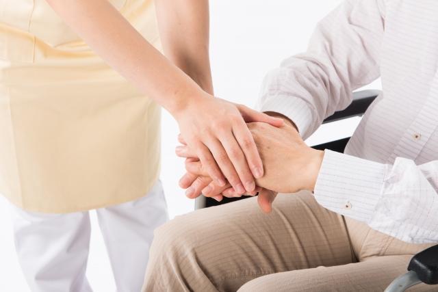 手をつなぐ介護士