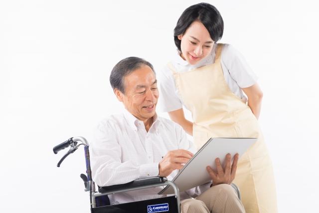 利用者と話し合う介護士