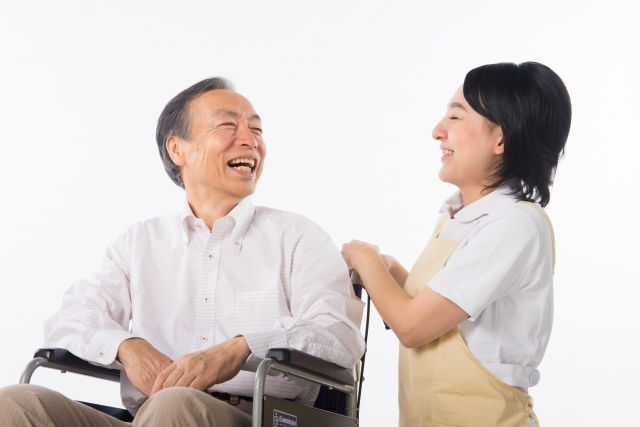 談笑する介護士
