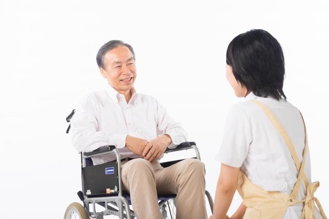 介護士と車椅子に乗った老人
