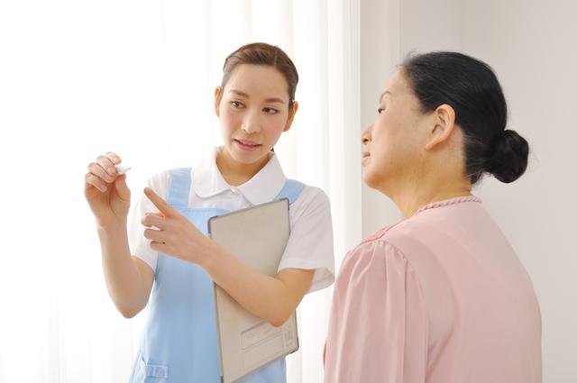 ジェスチャーで説明する介護職女性