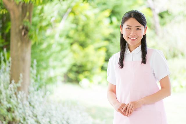 微笑む介護職の女性