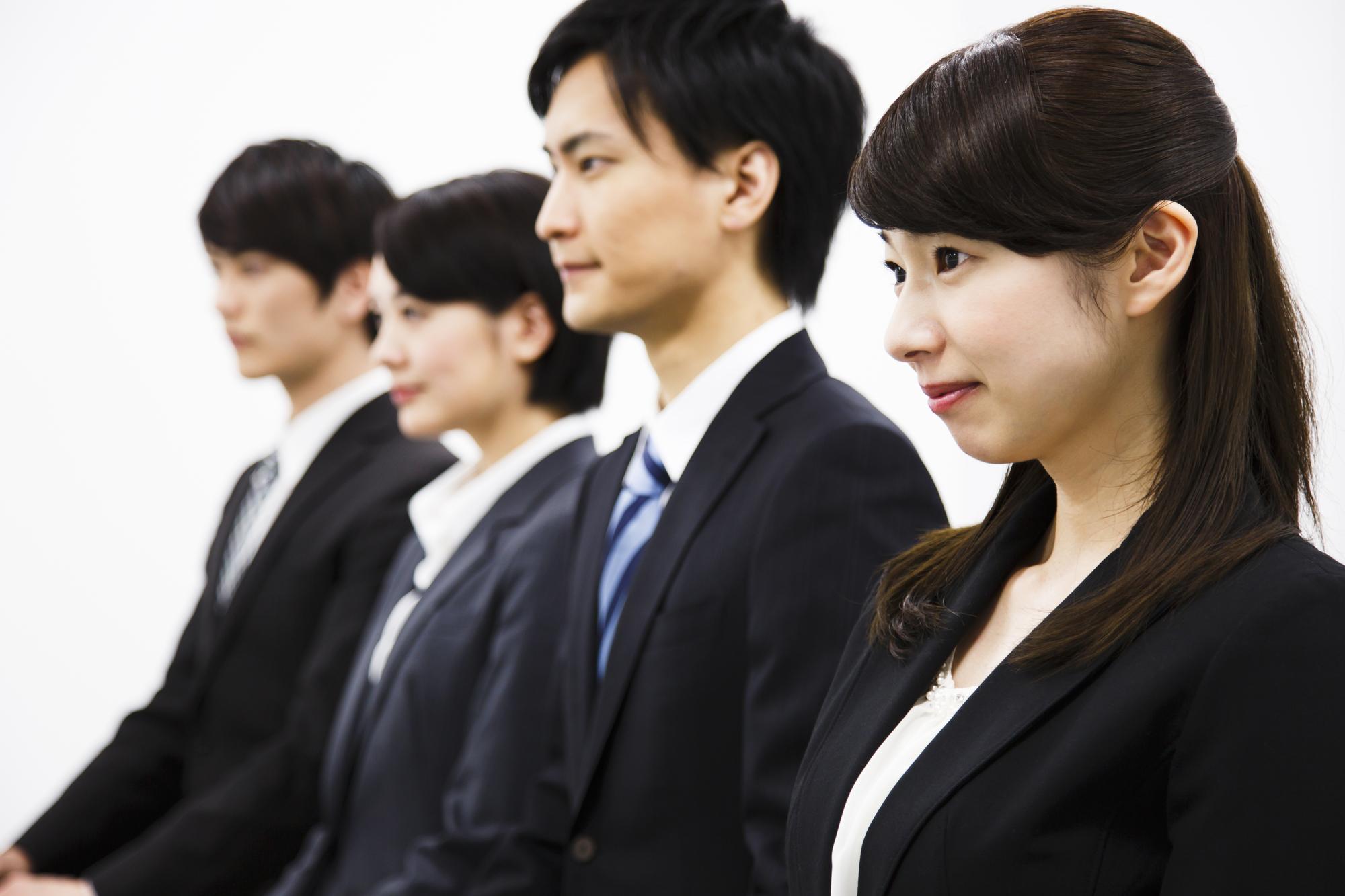転職の面接に臨む男女