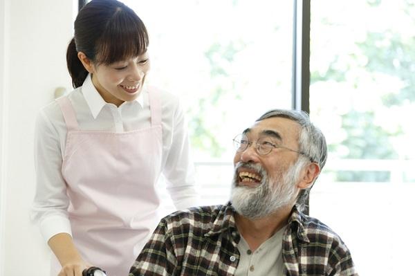 ケアマネージャーの女性と高齢男性