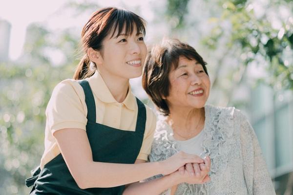 若い女性ケアマネージャーと高齢者女性