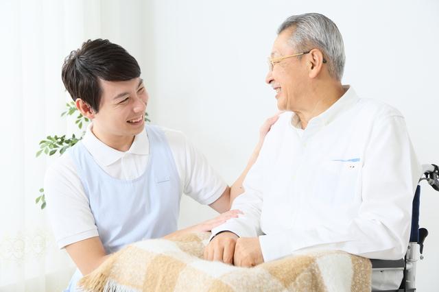 高齢者の介護をする男性職員pixta_19722308_S