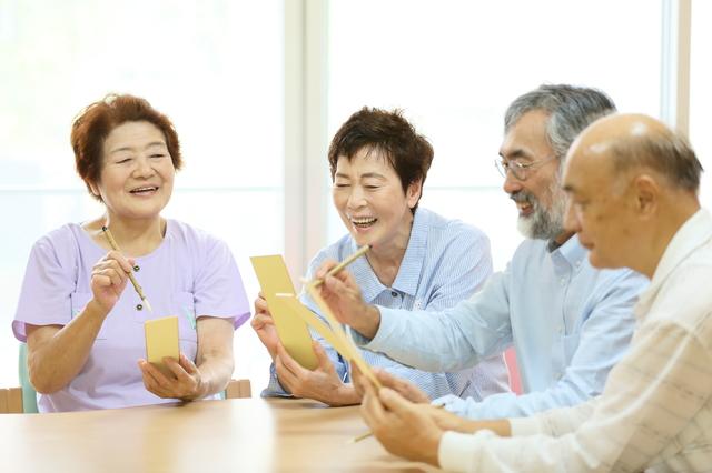 ケアハウスで談笑している高齢者