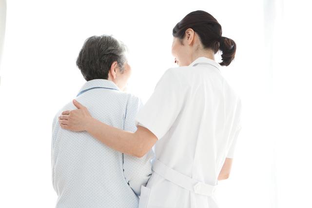 高齢者を支えている介護職の女性