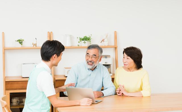 ケアプランについての話し合うケアマネージャーと利用者
