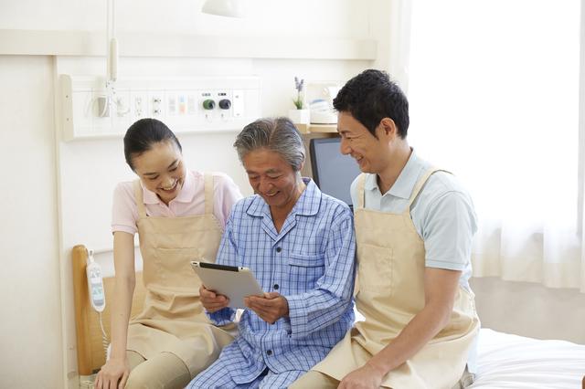 病院で患者と話す介護士